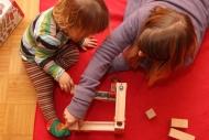 Mutter und Kind beim Spielen mit einer Kugelbahn