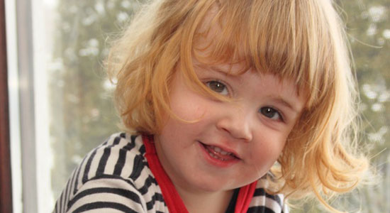 Kleines Mädchen lächelt